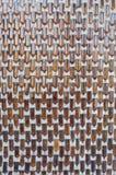 Muster der Flaschen auf der Betonmauer Lizenzfreies Stockfoto