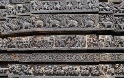 Muster der Wände des hindischen Tempels mit den vedic und puranic Szenen 12. centur Hoysaleshwara-Tempel in Halebidu, Indien Lizenzfreies Stockfoto
