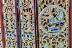 Muster des goldenen Schwans und der Engel des heftigen Verlangens auf der alten Wand Stockfotos