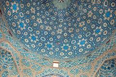 Muster des Keramikziegels der blauen Decke von der historischen Moschee im Iran Stockfotos