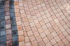 Muster des kleinen Ziegelsteinblockgehwegs im Garten Lizenzfreie Stockfotos