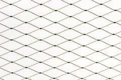 Muster des Maschendrahts eines Zauns vor weißem Hintergrund stockbild