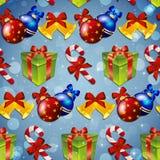 Muster des neuen Jahres mit Baumspielwaren, Geschenk, gestreifter Süßigkeit und Weihnachtsglocke Stockfoto