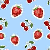 Muster des realistischen Bildes der köstlichen Erdbeeren und der Kirschverschiedenen Größen Hintergrund für eine Einladungskarte  Stockbild