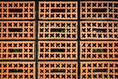 Muster des roten Backsteins mit Kreuz und Quadrat Stockfotografie