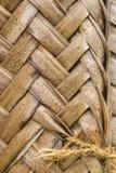 Muster des Verwebens von braunen Palmblättern Stockfotografie