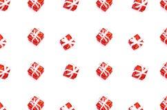 Muster gemacht von den Weihnachtsgeschenkboxen lokalisiert auf Weiß lizenzfreies stockfoto