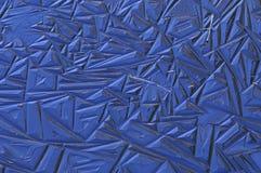 Muster im Eis in einem Strom mit einer Reflexion der Farbe vom Himmel Lizenzfreie Stockfotos