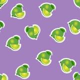 Muster kalken Sie und Blätter mit Scheiben auf purpurrotem Hintergrund Lizenzfreies Stockbild