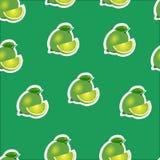 Muster kalken Sie und Blätter und Scheiben auf grünem Hintergrund Stockfotografie