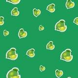 Muster kleiner Kalk und verschiedene Größen der Blätter auf grünem Hintergrund Stockfotos
