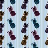 Muster mit Ananas auf blauen Streifen, neuer Hintergrund des Sommers Stockbild