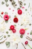 Muster mit den rosa und roten Rosen oder Ranunculus Stockbild