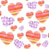 Muster mit den roten und purpurroten Herzen mit dem geometrischen Tracery gemalt im Aquarell auf einem weißen Hintergrund Stockbilder