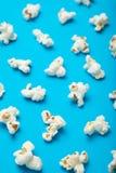 Muster mit einem Schatten des Popcorns auf einem blauen Hintergrund stock abbildung