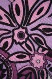 Muster mit lila Blumen auf einem Gewebe stockbild