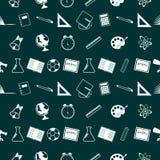 Muster mit Schulbedarf auf grünem Hintergrund stockfoto
