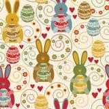 Muster mit verzierten Eiern und lustigen Kaninchen Lizenzfreies Stockfoto