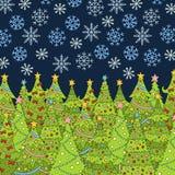 Muster mit Weihnachtsbaum und Schneeflocke für Winterurlaube entwerfen Stockbilder