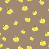 Muster mit Zitrone und Blättern auf braunem Hintergrund Stockfotografie