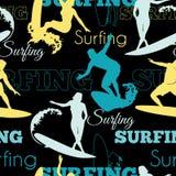 Muster-Oberflächen-Design Vektor-surfendes Leute-Kaliforniens blaues gelbes schwarzes nahtloses mit Männern, Frauen auf Brandungs Stockbilder
