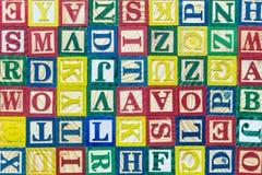 Muster von bunten Alphabetblöcken, -beschaffenheit und -hintergrund Stockfotos