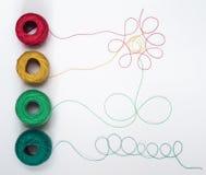 Muster von den mehrfarbigen Threads mit Verwicklungen Lizenzfreie Stockfotografie