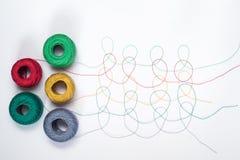 Muster von den mehrfarbigen Threads mit Verwicklungen Stockbild