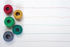 Muster von den mehrfarbigen Threads mit Verwicklungen Stockfotografie