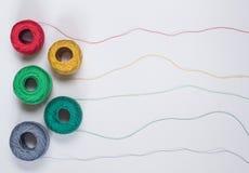 Muster von den mehrfarbigen Threads mit Verwicklungen Lizenzfreie Stockbilder