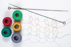 Muster von den mehrfarbigen Threads mit Verwicklungen Stockfotos