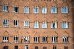 Muster von Fenstern auf einem Altbau lizenzfreies stockfoto