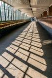 Muster von Fensterschatten auf einem langen Fußweg Lizenzfreies Stockfoto