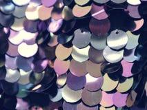 Muster von glänzenden runden Disketten auf Kleidung stockfoto