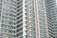 Muster von Hotelzimmerbalkonen im modernen Gebäude Stockfotografie