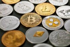 Muster von Münzen LTC, ETH, BTC, XMR, XRP auf einem dunklen Hintergrund Die goldene Taste oder Erreichen für den Himmel zum Eigen Stockbild