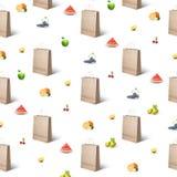 Muster von Papiertüten und von verschiedenen Früchten Lizenzfreie Stockfotos