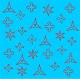 Muster von rotem Ninja Weapons Shuriken Silhouette auf Blau Lizenzfreies Stockbild