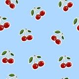 Muster von roten kleinen Kirschaufkleberselben größen mit Blättern auf blauem Hintergrund Stockbilder