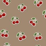 Muster von roten kleinen Kirschaufkleberselben größen mit Blättern auf braunem Hintergrund Stockbild