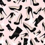 Muster von schwarzen Schuhen mit Funkeln auf einem rosa Hintergrund Lizenzfreie Stockbilder