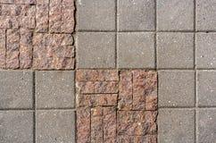 Muster von Steinfliesen in der unterschiedlichen Größe und im facture auf sidewal Lizenzfreie Stockfotos