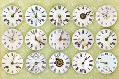 Muster von unterschiedliche Antike verwitterten Uhren Stockbilder
