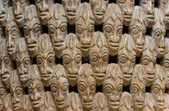 Muster von vielen Holz schnitzte Köpfe auf Stuhl an traditionellem Fon-` s Palast in Bafut, Kamerun, Afrika Stockfotografie
