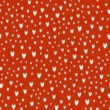 Muster von weißen Herzen auf rotem Hintergrund Stockfotografie
