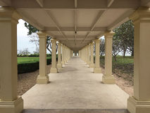 Mustergehweg/-korridor in der Säulengangarchitektur, Stockbild