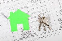 Musterhaus auf Bauplan für Wohnungsbau Lizenzfreie Stockfotografie