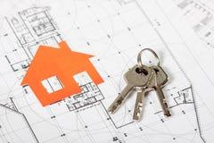 Musterhaus auf Bauplan für Wohnungsbau Lizenzfreies Stockbild