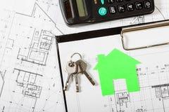 Musterhaus auf Bauplan für Wohnungsbau Lizenzfreie Stockfotos
