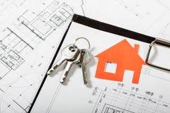 Musterhaus auf Bauplan für Wohnungsbau Stockbilder